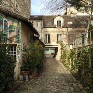 Tour around the Bastille, Courtyards, passages and meeting with a woodcraftsman