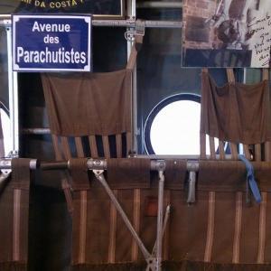 L'intimité du monde des parachutistes dans la carlingue d'un NORATLAS