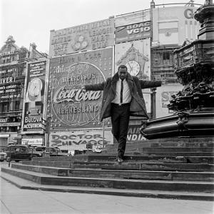 Mike Eghan à Picadilly Circus, Londres, 1967 © James Barnor / Galerie Clémentine de la Ferronière
