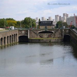 Croisière sur le canal de l'Ourcq et passage de l'écluse du Pont de Flandres