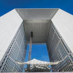 The roof of the Arch of La Défense, visit between sky and earth