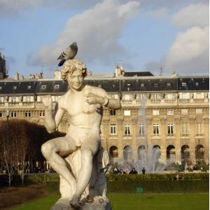 © Paris Gay Village. Statue au Jardin du Palais Royal.