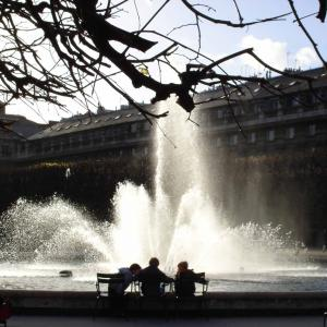 © Paris Gay Village.  Fontaine du Jardin du Palais Royal.