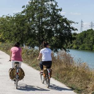 Balade à vélo en famille le long de la promenade bleue