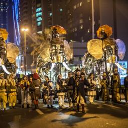 Balade nocturne d'éléphants mécaniques au Parc Georges-Valbon