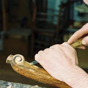 La restauration de meubles des 17 et 18e siècles, dans l'atelier Benoît Marcu