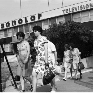 Ouvrières de Sonolor devant leur usine en grève, La Courneuve, 1976,  97FI/791686 C5, Mémoires d'Humanité/AD
