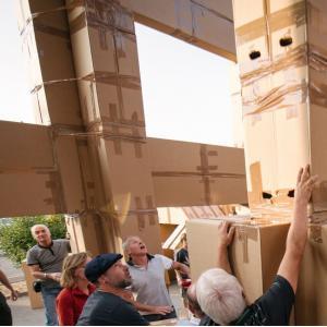 Journée de construction de l'oeuvre monumentale en carton d'Olivier Grossetête au Parc de la Poudrerie