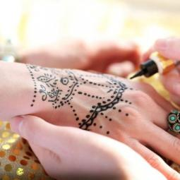 Initiation à l'art du tatouage au henné à l'Institut des cultures d'Islam