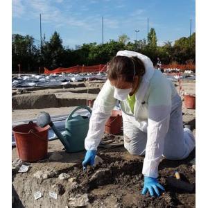 Sur le chantier de fouille du stade de La Motte avec des archéologues