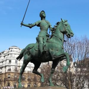 Jeanne d'Arc et ses représentations, l'exemple de la statue équestre sur la place Saint-Augustin