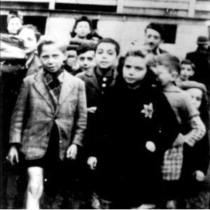 "Propagande allemande ""Enfants juifs dans la cour de Drancy"", 1942 © Mémorial de la Shoah / Coll. BNF"