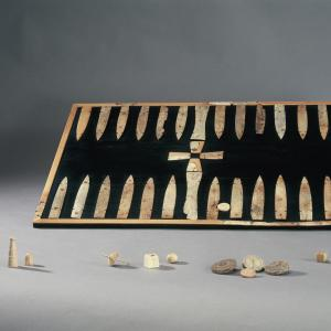 Plateau de jeu, pièces, pions découverts en fouille ©J. Mangin, doc UASD