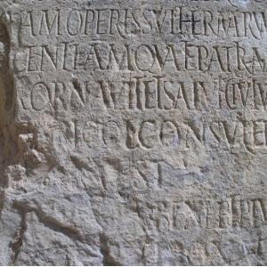 Dédicace d'époque romaine d'une femme qui a fait bâtir des thermes
