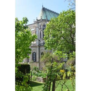 La Basilique de Saint-Denis, son jardin médiéval et son chevet du XII