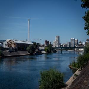 Découvrir la ville autrement : croisière urbaine sur la Seine-Amont