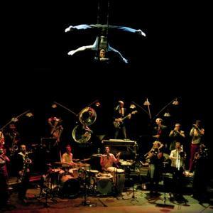 Des coulisses au spectacle : La Toile Surnatural Orchestra  à l'Académie Fratellini
